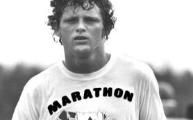 Кто пробежал более 5000 км с ампутированной ногой с целью помощи больным раком?