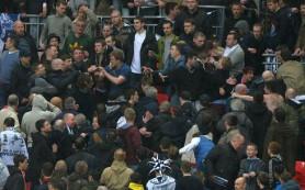 Встречу «Арсенала» с «Торпедо» приостановили из-за беспорядков на трибунах