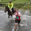Где проходит марафон, в котором люди соревнуются одновременно с лошадьми?