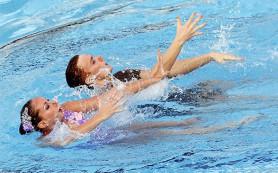 Мужчины и девушки теперь вместе прыгают и синхронно плавают