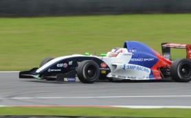 Россиянин Оруджев сошел во второй гонке Мировой серии «Рено» в Австрии
