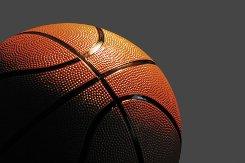Где и когда баскетболистка забросила мяч в свою корзину, обеспечив команде выход в следующий раунд?