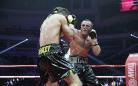 Чемпион мира Денис Лебедев пропустил мощный удар и проиграл титул Мурату Гассиеву